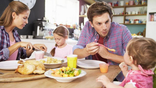 Eating together as a family helps children feel better
