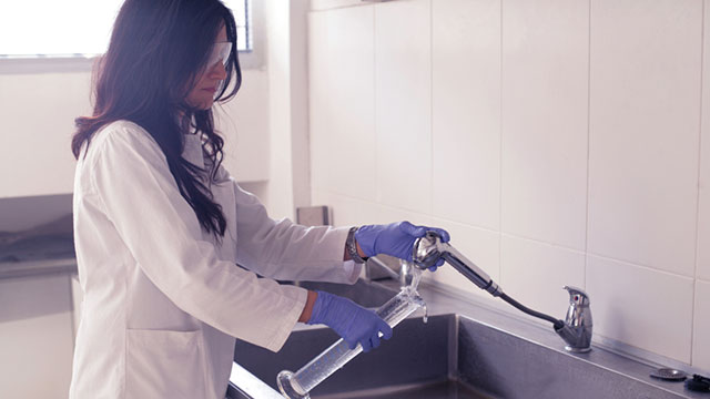 washing glassware in the laboratory